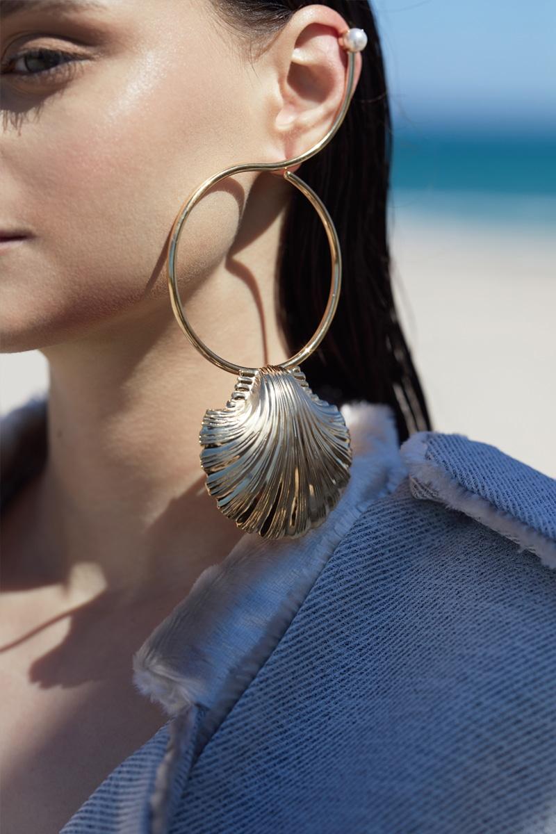Pearl in shell uni earring