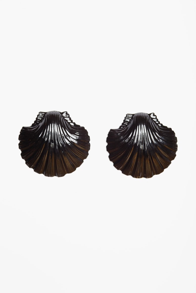 Black clam shell earings