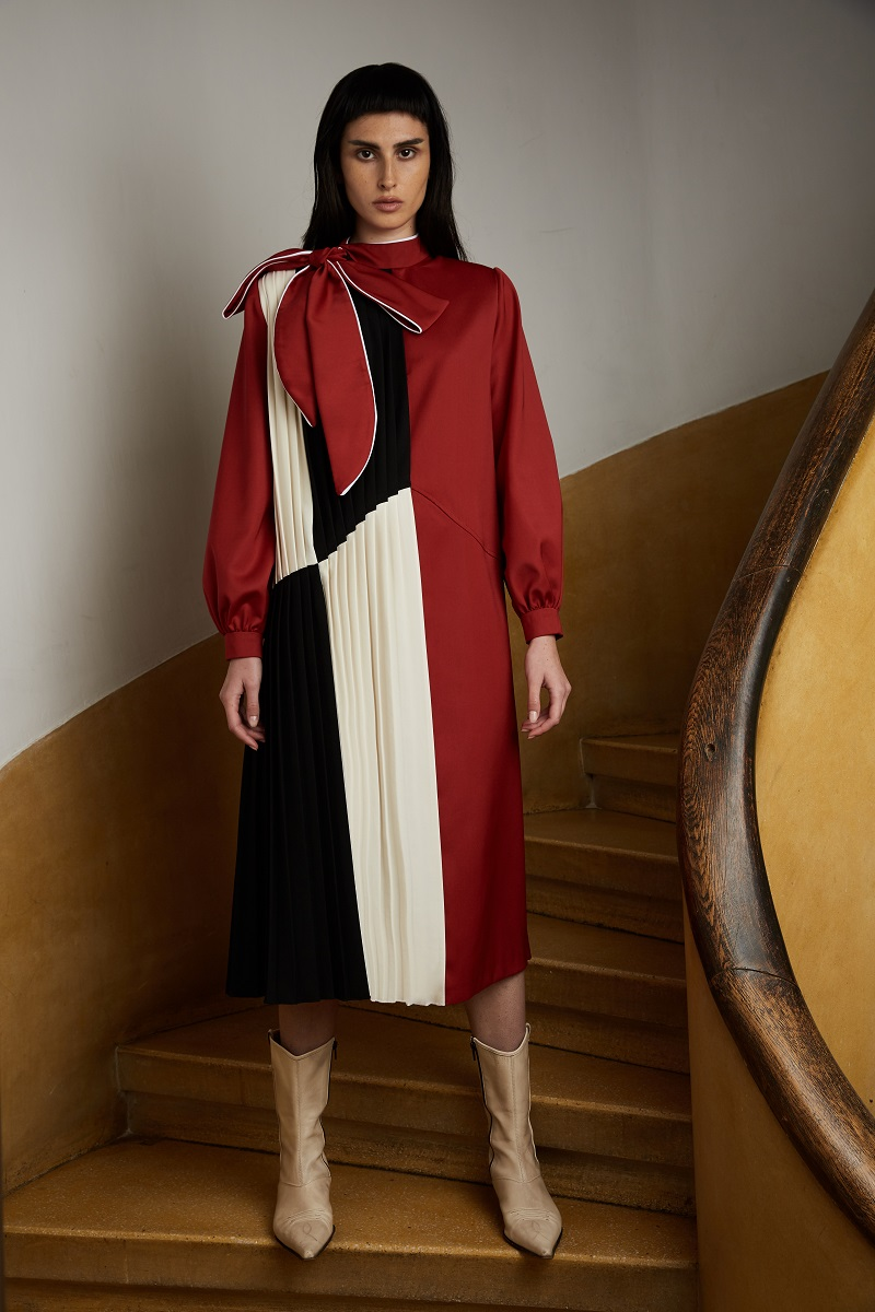 'China doll' dress with asymmetric pleats and color-block insertion